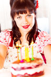 Ragazza d'annata con la torta di compleanno Fotografie Stock