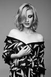 Ragazza d'avanguardia di Beautyful in vestiti in bianco e nero Fotografie Stock Libere da Diritti