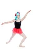 Ragazza d'uso di balletto della parrucca vibrante nella posizione di allungamento Fotografie Stock Libere da Diritti
