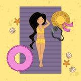 Ragazza dai capelli lunghi abbronzata sulla spiaggia in costume da bagno royalty illustrazione gratis