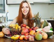 Ragazza dai capelli lunghi felice con i frutti immagine stock libera da diritti