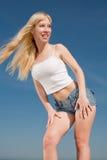 Ragazza dai capelli lunghi vigorosa all'aperto Fotografia Stock