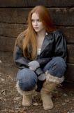 Ragazza dai capelli rossa che osserva via Fotografie Stock Libere da Diritti