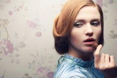 Ragazza dai capelli rossi affascinante (dello zenzero) che mangia bonbon Fotografia Stock Libera da Diritti