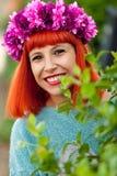 Ragazza dai capelli rossi attraente con la corona dei fiori Fotografia Stock Libera da Diritti