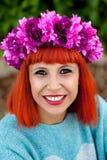 Ragazza dai capelli rossi attraente con la corona dei fiori Fotografie Stock