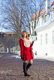 Ragazza dai capelli rossi che cammina nella città europea medievale Immagini Stock