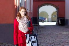 Ragazza dai capelli rossi che cammina nella vecchia città di Tallinn Fotografia Stock