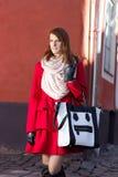 Ragazza dai capelli rossi che cammina nella vecchia città di Tallinn, Estonia Immagine Stock