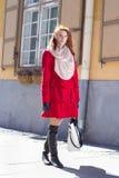 Ragazza dai capelli rossi che cammina nella via Fotografia Stock