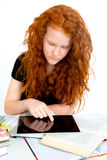 Ragazza dai capelli rossi che impara con il computer della compressa Immagine Stock Libera da Diritti