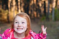Ragazza dai capelli rossi che mostra i denti Immagini Stock Libere da Diritti