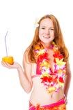 Ragazza dai capelli rossi con un vetro del cocktail nei leu delle Hawai Fotografie Stock Libere da Diritti