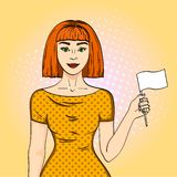 Ragazza dai capelli rossi di Pop art che tiene una bandiera bianca La donna ha smesso alla sua posizione l'imitazione comica di s immagini stock