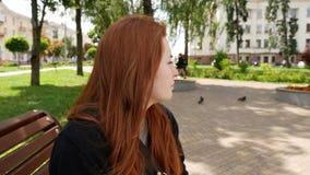 Ragazza dai capelli rossi nel parco stock footage