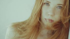 Ragazza dai capelli rossi positiva video d archivio
