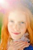 Ragazza dai capelli rossi in un giardino soleggiato Fotografia Stock Libera da Diritti