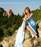 Ragazza dai capelli rossi in un vestito blu immagini stock
