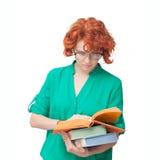 Ragazza dai capelli rossi in vetri con i libri Fotografia Stock