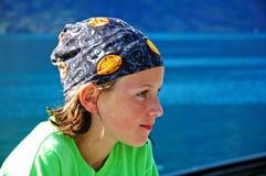 Ragazza dal foulard da portare dell'acqua Fotografie Stock