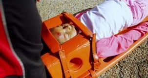 Ragazza danneggiata curata dal paramedico stock footage