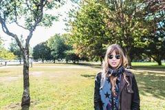 Ragazza davanti agli alberi nel lago trout, Vancouver, Canada Immagini Stock Libere da Diritti
