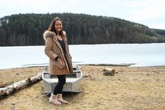 Ragazza davanti al calcio dal lago congelato fotografia stock