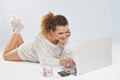 Ragazza davanti al computer portatile Fotografie Stock