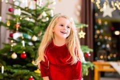 Ragazza davanti all'albero di Natale Fotografia Stock Libera da Diritti