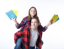 Ragazza degli adolescenti del colledge della scuola con i taccuini fissi dei libri immagini stock libere da diritti