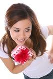 Ragazza dei biglietti di S. Valentino con il presente Immagine Stock
