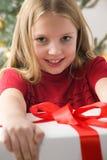 Ragazza dei capelli abbastanza biondi in maglione rosso Fotografia Stock