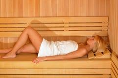 Ragazza dei capelli biondi nella sauna Fotografia Stock