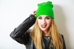 Ragazza dei pantaloni a vita bassa in Beanie Hat verde su bianco Immagine Stock Libera da Diritti