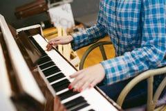 Ragazza dei pantaloni a vita bassa che gioca piano bianco d'annata Immagini Stock