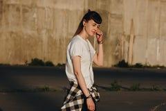 Ragazza dei pantaloni a vita bassa che gode della musica Fotografie Stock Libere da Diritti