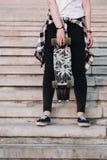 Ragazza dei pantaloni a vita bassa con il bordo del pattino Fotografia Stock Libera da Diritti