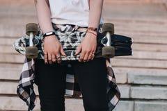 Ragazza dei pantaloni a vita bassa con il bordo del pattino Immagine Stock Libera da Diritti