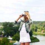 Ragazza dei pantaloni a vita bassa con la macchina fotografica d'annata Fotografia Stock Libera da Diritti