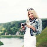 Ragazza dei pantaloni a vita bassa con la macchina fotografica d'annata Fotografie Stock Libere da Diritti