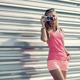 Ragazza dei pantaloni a vita bassa con la retro macchina fotografica Immagine Stock Libera da Diritti