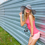 Ragazza dei pantaloni a vita bassa con la retro macchina fotografica Fotografia Stock Libera da Diritti