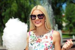 Ragazza dei pantaloni a vita bassa con lo zucchero filato fotografia stock libera da diritti