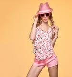 Ragazza dei pantaloni a vita bassa di modo Emozione insolente pazza Cappello rosa Fotografie Stock Libere da Diritti