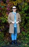 Ragazza dei pantaloni a vita bassa in un cappotto Fotografie Stock Libere da Diritti