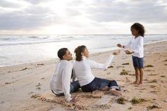 Ragazza del African-American con i genitori sulla spiaggia fotografia stock libera da diritti