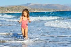 Ragazza del bambino alla spiaggia Fotografie Stock Libere da Diritti