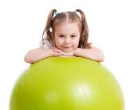 Ragazza del bambino che fa esercizio di forma fisica con fitball Fotografia Stock