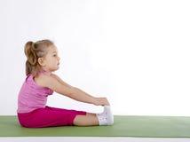 Ragazza del bambino che fa gli esercizi di forma fisica Fotografia Stock