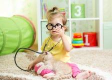 Ragazza del bambino che gioca al dottore With Cat In Nursery fotografie stock